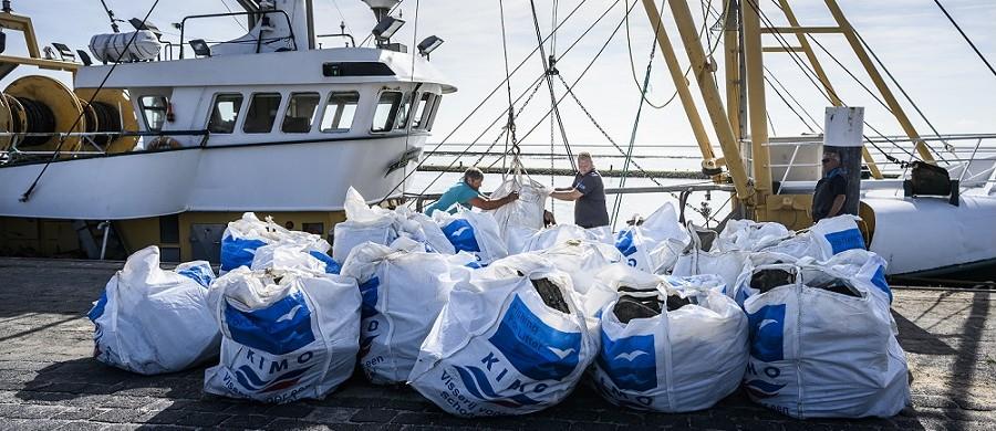 DE BEELDREDAKTIE / KEES VAN DE VEEN T.B.V. RIJKSWATERSTAAT TERSCHELLING D.D. 23.08.2019 Bemanning van viskotter LO28 lost p de kade in de haven van Terschelling het afval wat ze de afgelopen dagen hebben opgevist op de Waddenzee. De 20 bigbags met afval zijn afkomstig uit de overboord geslagen containers van het containerschip MSC Zoe.